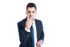 Geschäftsmann, der Blick in meine Augen und in Lohnaufmerksamkeitsgeste macht Stockfotografie