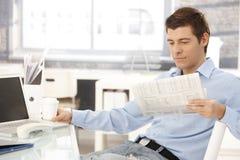 Geschäftsmann, der Bruch im Büro nimmt Lizenzfreies Stockbild
