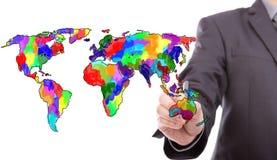 Geschäftsmann, der bunte Karte der Welt zeichnet stockfotografie