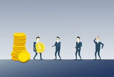 Geschäftsmann, der Coing-Stapel zu Kollege-Team Salary Money Finance Success-Konzept gibt Stockfotos