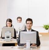Geschäftsmann, der an Computer arbeitet Stockbild