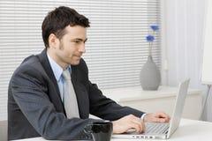 Geschäftsmann, der an Computer arbeitet Lizenzfreies Stockbild