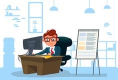 Geschäftsmann, der an Computer-Sit At Desk Over Office-Hintergrund arbeitet Lizenzfreie Stockbilder