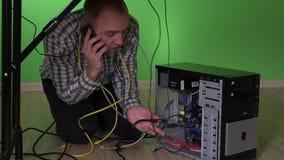 Geschäftsmann, der Computerproblem hat und um Hilfe beim Handy ruft stock footage