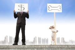 Geschäftsmann, der das Geldzeichenkonzept zeigt Stockfotos