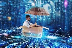 Geschäftsmann, der das Internet auf einer Pappe surft Internet-Erforschungskonzept lizenzfreie stockfotografie