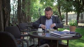 Geschäftsmann, der das Mittagessen isst outdoor steadycam Schuss stock video