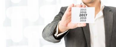 Geschäftsmann, der das 2017 neue Jahr feiert Lizenzfreie Stockfotos