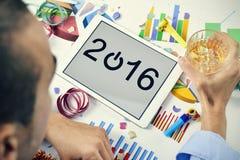Geschäftsmann, der das neue Jahr in seinem Büro feiert Stockbilder