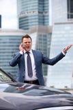Geschäftsmann, der in das Telefon schreit Stockfotos