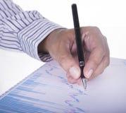 Geschäftsmann, der Datenbericht analysiert lizenzfreie stockfotos