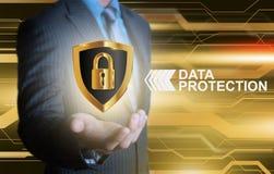 Geschäftsmann, der Datenschutzschild auf goldenem hellem backg hält Lizenzfreie Stockfotografie