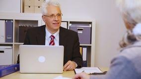 Geschäftsmann, der dem Kunden Händedruck gibt stock video