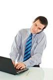 Geschäftsmann, der an dem Laptop arbeitet Lizenzfreies Stockbild