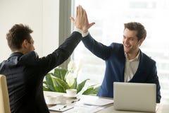 Geschäftsmann, der dem Partner, Geschäftsleistung, t Hoch fünf gibt stockbild