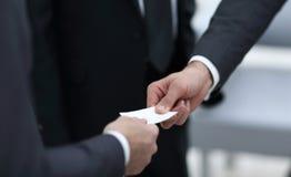 Geschäftsmann, der dem Partner Visitenkarte übergibt lizenzfreie stockfotos