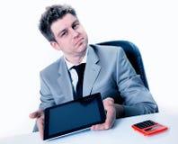 Geschäftsmann, der den Bildschirm seiner digitalen Tablette zeigt Stockfoto