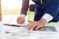 Geschäftsmann, der an den Dokumenten konzentriert arbeitet Stockfoto
