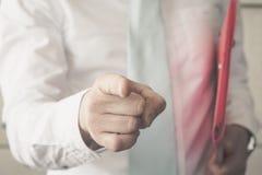 Geschäftsmann, der den Finger zeigt Lizenzfreie Stockfotos
