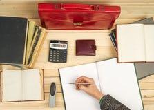 Geschäftsmann, der den Gewinn und Verluste, Finanzergebnisse analysierend zählt Lizenzfreies Stockbild