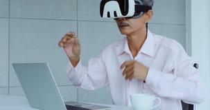 Geschäftsmann, der den Inhalt von VR-Gerät ansieht stock footage
