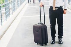 Geschäftsmann, der den Rollkoffer steigt auf Reise hält lizenzfreie stockfotos