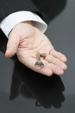 Geschäftsmann, der den Schlüssel zum Erfolg hält Lizenzfreie Stockfotos
