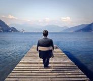 Geschäftsmann, der den See betrachtet Lizenzfreie Stockfotos