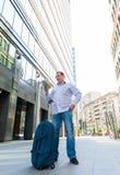 Geschäftsmann, der den Stadtführer erforscht Stockfotos
