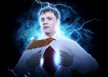 Geschäftsmann, der den Supermannanzug unter seinem Hemd zeigt Stockfotografie