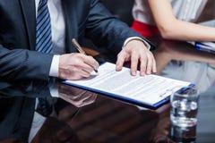 Geschäftsmann, der den Vertrag unterzeichnet Lizenzfreies Stockbild