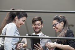 Geschäftsmann, der an der digitalen Tablette arbeitet Lizenzfreie Stockfotografie