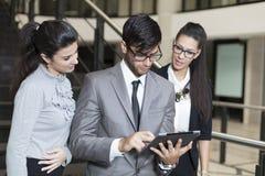 Geschäftsmann, der an der digitalen Tablette arbeitet Stockfoto