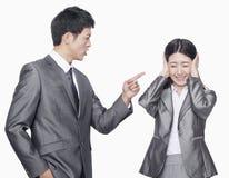 Geschäftsmann, der an der Geschäftsfrau schreit lizenzfreies stockbild
