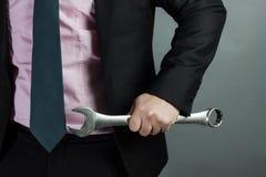 Geschäftsmann, der in der Hand Schlüssel hält Stockfotos