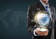 Geschäftsmann, der in der Schnittstelle der virtuellen Realität steuert Lizenzfreie Stockfotos