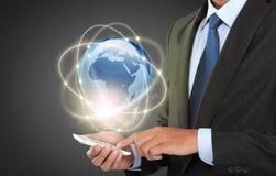 Geschäftsmann, der in der Schnittstelle der virtuellen Realität steuert Stockfoto