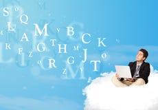 Geschäftsmann, der in der Wolke mit Laptop sitzt Lizenzfreies Stockfoto