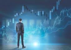Geschäftsmann, der Diagramme betrachtet Lizenzfreie Stockfotos