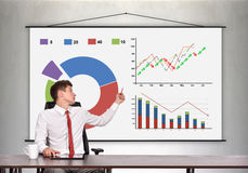 Geschäftsmann, der Diagramme eines Geschäfts zeigt lizenzfreies stockbild