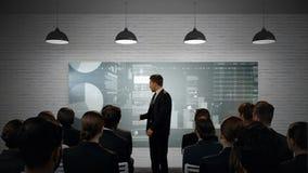 Geschäftsmann, der Diagramme Kollegen darstellt stock video footage