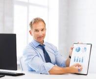 Geschäftsmann, der Diagramme und Diagramme zeigt Stockbild