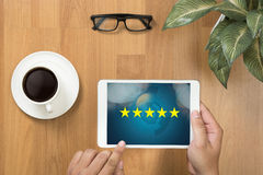 Geschäftsmann, der die Bewertung mit fünf Sternen, Bericht, Zunahmebewertung hält oder stockbild