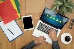 Geschäftsmann, der die Bewertung mit fünf Sternen, Bericht, Zunahmebewertung hält oder lizenzfreie stockfotos