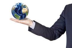 Geschäftsmann, der die Erde in seiner Hand hält Lizenzfreie Stockfotografie