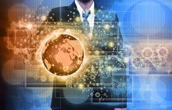 Geschäftsmann, der die erreichenden Bilder strömen in den Händen hält Financia Lizenzfreies Stockfoto
