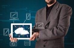 Geschäftsmann, der die Hand gezeichnete Wolkendatenverarbeitung zeigt Lizenzfreies Stockbild