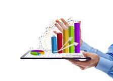 Geschäftsmann, der die Jahresberichtdiagramme - lokalisiert darstellt Lizenzfreie Stockbilder