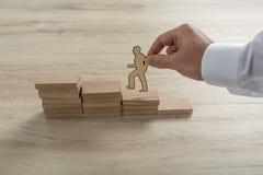 Geschäftsmann, der die Schritte zum Erfolg mit Papierschattenbild klettert lizenzfreies stockfoto