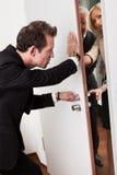 Geschäftsmann, der die Tür drückt Stockbilder